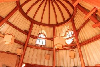 内部はムーミンの住む村にありそうな不思議な形。窓から差し込む日の光は、どこか温かみを感じますね。