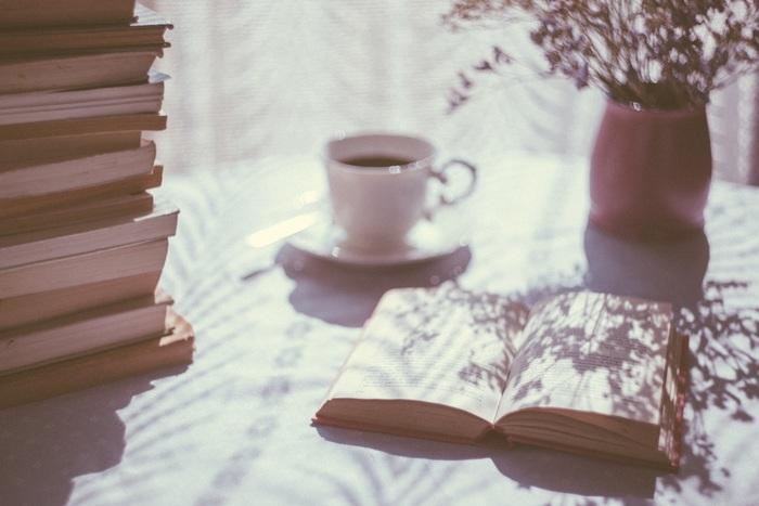 毎日時間を決めて読書タイムにするというのもいいですね。ちょっとずつ読んでいけば、先が気になって、起きるのが楽しみになるかも!カフェなどお気入りの場所で読書するのも素敵です。