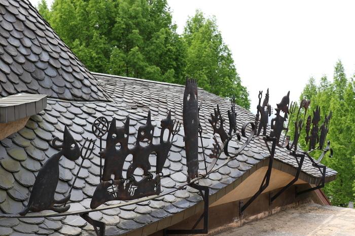 屋根へと続く階段をのぼると、ちょっと不思議な妖精たちが並んでお出迎えしてくれますよ。