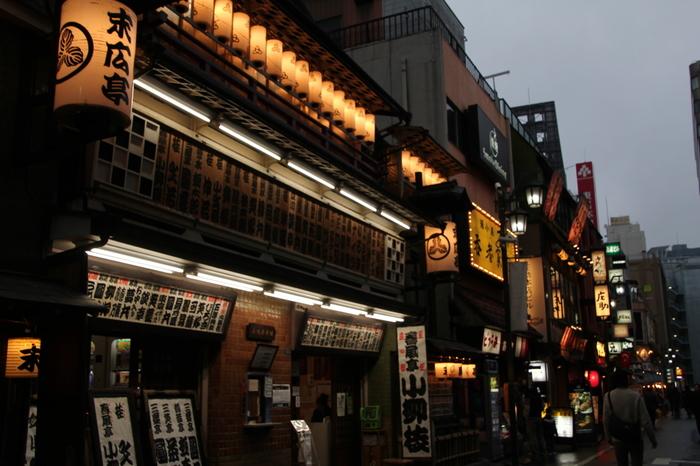 新宿三丁目にある末廣亭。東京に残る唯一の木造建物の「寄席」です。 風情のある建物で落語を観る気持ちを高揚させてくれます。