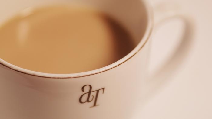 ふんわり香る紅茶にミルクを入れたやさしい味が人気のミルクティー。 紅茶の茶葉のブレンドによって味が大きく変わるんです。  今回は、そんなミルクティーがおいしいお店と、そのお店のミルクティーと 一緒にいただきたい、スイーツをご紹介します。