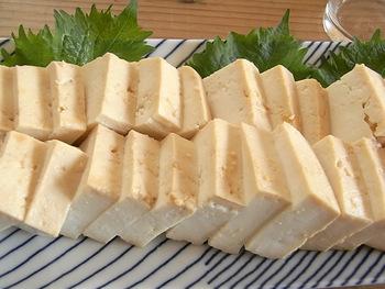 """豆腐×味噌という""""THE和風""""な組み合わせですが、実はワインによく合うおつまみなんです!漬けた後の味噌は他の料理に使えますよ。"""
