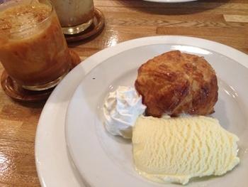 まるごとりんごパイ  その名の通り、中にまるごとりんごが入ったパイ。 紅茶のお供にこちらも人気のメニューです。 甘すぎないので、添えてあるバニラアイス、生クリームがぴったり!