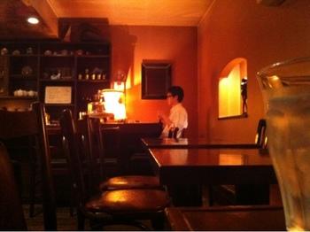 店内にはいくつかランプが置かれ、ほんのり照らす温かい明りが落ち着きます。