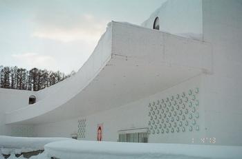 このユニークな形は、建築デザインを手がけた青木淳氏が、遺跡の発掘現場から着想を得たんだとか。