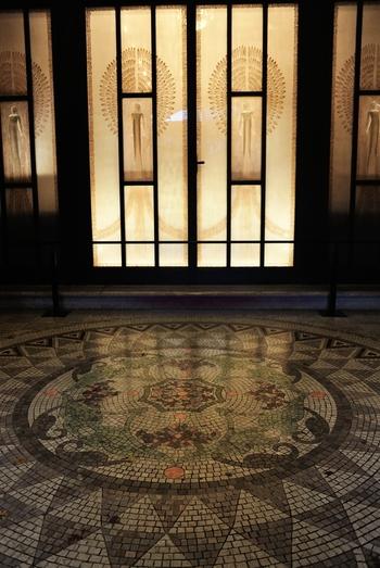 内部のデザインは、家具や照明器具にいたるまですべてアール・デコとよばれる装飾様式で統一され、建物そのものが壮大な美術品になっています。