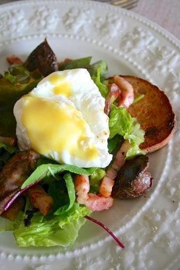 一皿で十分ランチになるボリューム満点のサラダリヨネーズには、リヨン人によると、トマト・レタス・ラルドン・半熟卵・クルトンが入っていることが定義だそう。マスタードのシンプルなドレッシングでいただきます。