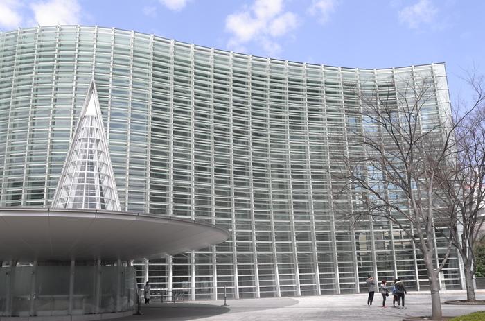 うねるガラスのファサードが迫力満点の国立新美術館。広大な展示スペースを活かして公募展、企画展、共催展を開催する、国内最大級のアートセンターです。