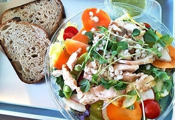 こちらは、池袋で人気のブーランジェリー&ビストロ ラシーヌさんの新業態なので、料理のクオリティーは保証付き。ブレックファースト・ランチ・カフェ・ディナーと、時間によってメニューが違うので、訪れる楽しみが増えそうですね。 ランチのサラダは、上にのったローストチキンが絶品!お豆や多種多様な野菜がぎっしり詰まって満足できる一品です。