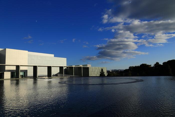 現代美術の意欲的な収蔵と企画展で全国的に知られる豊田市美術館。鉄とガラスのシンプルなモダニズム建築で、まるで湖面に浮かんでいるかのような神秘的な佇まいです。