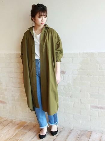 ふんわりエアリーないビッグシルエットのロングシャツは、デコルテがきれいなインナーを合わせてフェミニンに着こなして。襟を抜いてラフに着ると抜け感のある雰囲気に仕上がります。