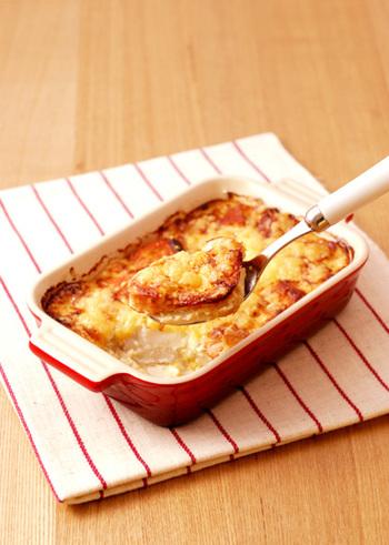 ほくほくの里芋と鮭に、白味噌×白ごま×豆腐の和風クリームをのせた和風グラタン。コクのあるグラタンが食べたいけどヘルシーにしたい!というときにおすすめです。