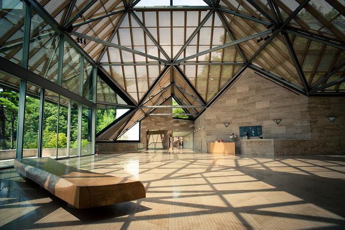 I.M.ペイ氏といえば、ルーブル美術館のガラスピラミッドの設計や、スティーブ・ジョブズ氏に影響を与えたことでも知られる世界的建築家。トップライトの特徴的なガラス屋根などは、まさにルーブルを彷彿とさせますよね。
