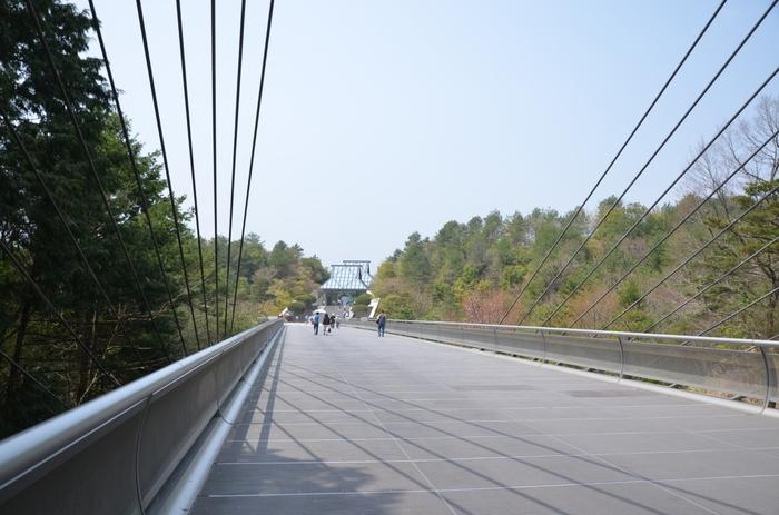 建築家I.M.ペイ氏が、山深い立地からイメージしたのは桃源郷。チケット売り場から本館までは、道を歩き、トンネルをくぐり、吊り橋を越えてやっと到達するというアプローチの長さが特徴です。