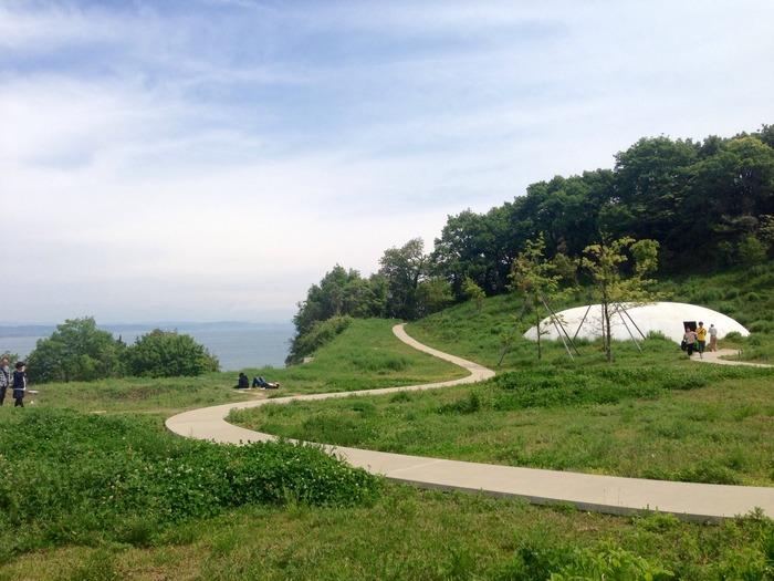 豊島は瀬戸内海に浮かぶ小さな島で、建物から一歩外に出ると、のんびりスローな島時間が漂います。あくせくした日常を忘れるにはうってつけです。