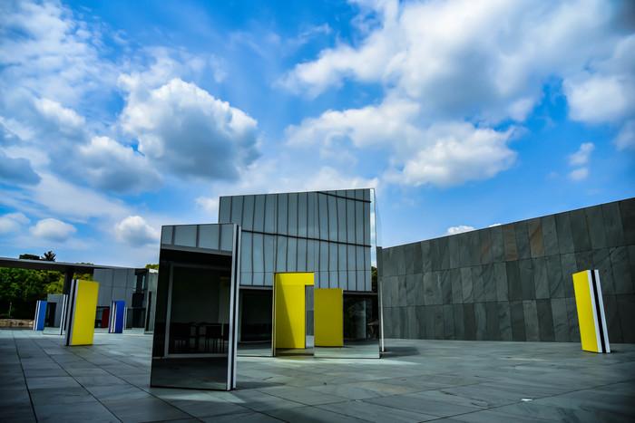 日本には「建物だけでも一見の価値がある」そんなアートな美術館がたくさんあります。そこで今回は、建築へのこだわりが詰まった美術館をご紹介!どんな想いで造られたのかを知れば、アートの楽しみ方がより一層広がります。