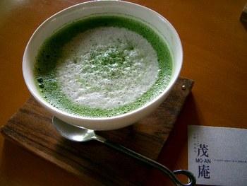 抹茶の上に、ふんわりと柔らかなミルクがのった抹茶ミルクも人気。 見た目からもほっと安らげますね。
