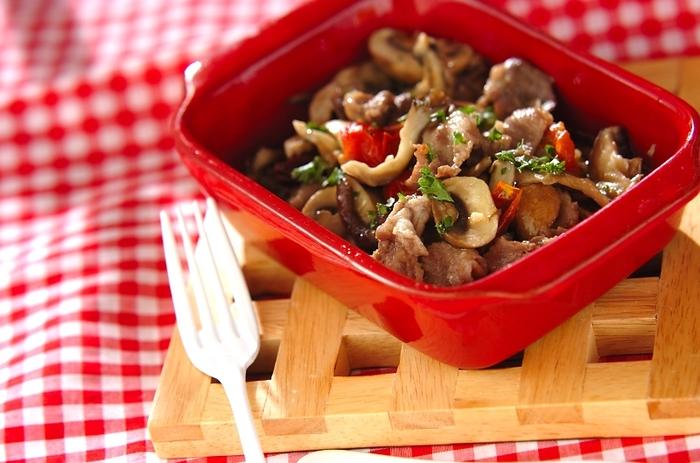 豚こまとキノコで、美味しいアヒージョに!豚肉とキノコのうま味を吸ったオイルは、パスタに絡めてもgood!