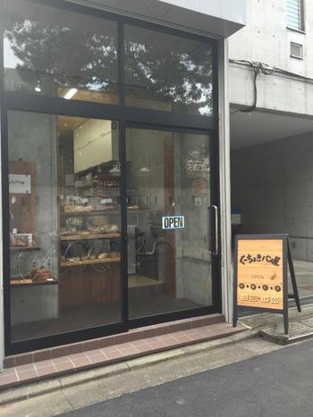 マンションの1室で製作し、玄関先で販売している木~日曜日までオープンの小さな小さなパン屋さん。看板が出ていますが、知らない人は入るのに勇気がいるような個性的なパン屋さん。