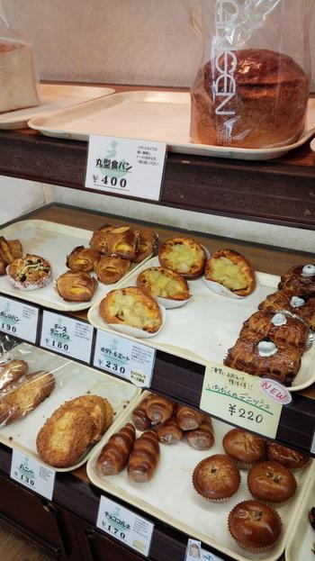 一度閉店したものの、車で販売、そしてまた店舗を構えるというパン作りに情熱をもったお店なんです。地元民、遠方のお客さんからも愛されるパン屋さんです。