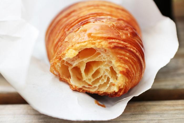 発酵バターやゲランドの塩を使ったクロワッサンやデニッシュペストリー、ハード系のパンなど、原材料の良さが十二分に活かされていたパンたちがずらりと並びます。ケーキ屋さんだからこそできる、ていねいに作り上げられた上質なパンが自慢のお店です。