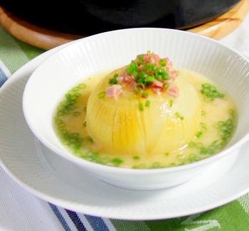 インパクト抜群の玉ねぎを丸ごとつかったスープ。隠し味は白みそとパルミジャーノです。煮込むのはオーブンにお任せ♪