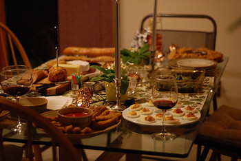 赤ワイン、白ワイン、ビール、カクテル。それぞれのお酒に合うおつまみレシピをご紹介しました。美味しいおつまみは、お酒を飲む場をもっと楽しいものにしてくれます。相性ばっちりなマリアージュで晩酌やホームパーティーを楽しみましょう!