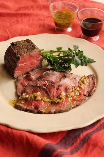 作るのが大変そうなイメージのローストビーフ。実はフライパンで簡単に作れるんです!華やかに盛り付けてホームパーティーのメニューとしてもオススメです。お肉が主役のメニューには、フルボディのスパイシーなワインがよく合います。
