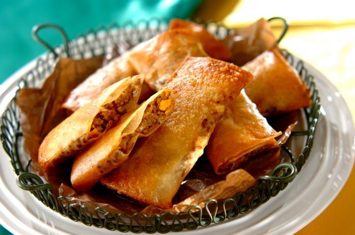 「パステウ」は、合いびき肉やタマネギが中に入ったパイのようなブラジルの料理。皮は「春巻きの皮」を2枚重ねて作っても◎ブラックオリーブやとろけるチーズを中に入れて、ピザ風にしても美味しいです!ワインは、厚みのある味わいのものや、スパイシーなものが合いますよ。