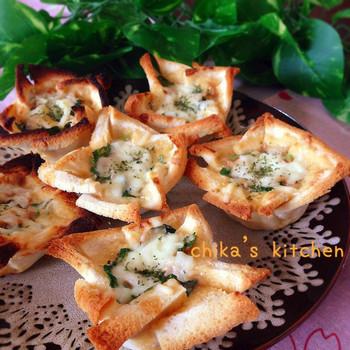 食パンを平たくしてツナ・ほうれん草・チーズをおいしくアレンジしてのせてオーブンで焼くだけ。とろりとしたチーズと具材がからまり、赤ワインにもぴったりなレシピです。