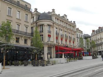 ラリュモン広場には洒落たカフェが並びます。アンジェは美しいシックな大人の街です。