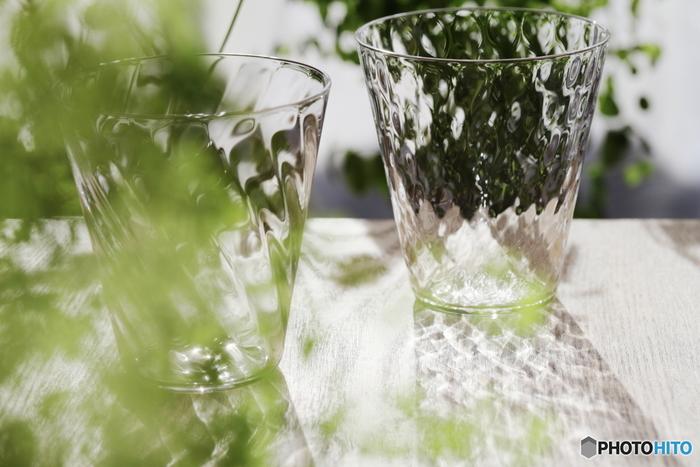 オススメは白湯。それが難しい場合は、せめて常温の水をたっぷり飲むようにしましょう。人によって個人差はありますが、1日あたり1~2Lくらいを目安にしてみてください。