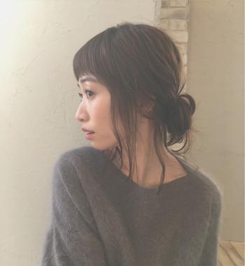 大人っぽい上品さが感じられるロングのヘアアレンジ。おくれ毛を多めに残すとフェイスラインをカバーすることができ、小顔効果が期待できますよ。