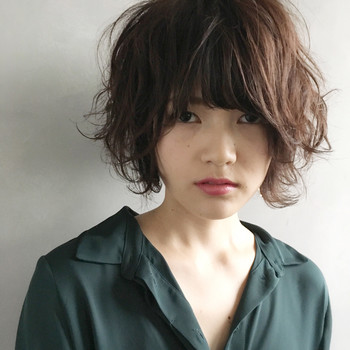 小顔にみせるために「レイヤー」もポイントです。レイヤーは髪に段差をつけるヘア用語で、この段差を入れる場所によってメリハリがうまれ小顔効果に繋がります。