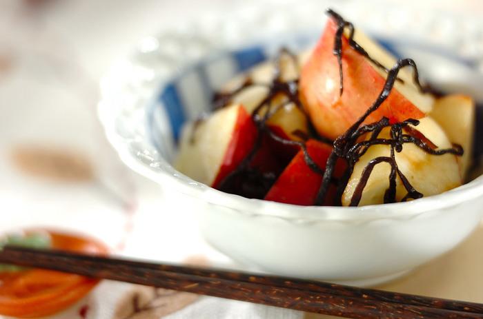 リンゴと塩昆布の意外すぎるハーモニーはワインのおつまみにも合いそう♪ 脂っこいお料理が多い時に、お口の中をリセットできる一品です。