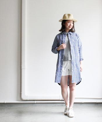 メンズライクなディティールの、ラフな風合いが魅力のシャツワンピース。 甘さを控えたかっちりとした襟とシルエット、流行のギンガムチェック柄がカジュアルスタイルにしっくりハマります。