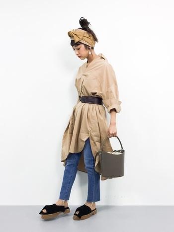 淡いオレンジ色のシャツワンピースは、特徴のゆったりとした身頃をキュッとベルトで締めて、ドレス感覚で着こなしたコーデです。シャツワンピースは、1着で色々な表情に変わるから、オトク♪