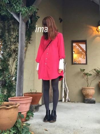 鮮やかなピンク色のシャツミニワンピースは、ごちゃごちゃさせずにさらりと着こなすのがおすすめ。白シャツのバランスも真似したい!