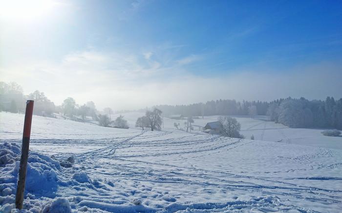 印象的なギターのリフから始まる「winter」。徐々にのぼりつめるような、ボーカルであるボノの高い歌声が魅力です。あたたかい雰囲気のメロディは、冬に聴きたくなる一曲です。