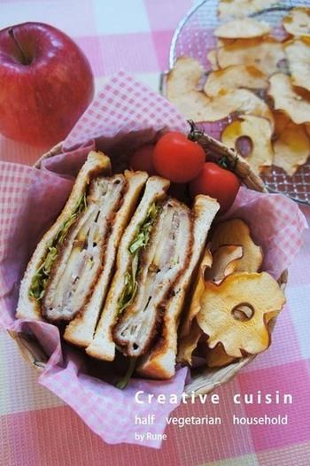 甘酸っぱいりんごとバルサミコの組合せが意外なほどマッチ。とんかつの油っこさをりんごの酸味が和らげてくれるので、濃い目の味付けでも食欲が進んでしまうスタミナ系サンドです。
