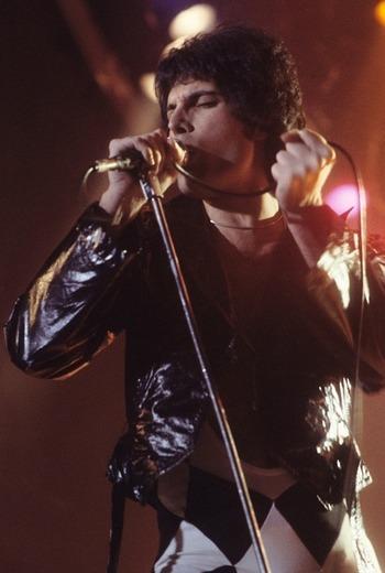 Queenはイギリスのロックバンド。ボーカルであるフレディ・マーキュリーの優れた歌唱力は唯一無二と言われ、1973年にデビュー以来、「Bohemian Rhapsody」「Don't Stop Me Now」など数々の名曲を生み出してきました。日本ではサッカーの応援歌に「We Will Rock You」が起用されたことでも有名です。1991年にフレディが死去してからも、伝説的なバンドとして愛されています。