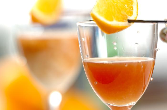 お酒とお酒、あるいはお酒とジュースなどを混ぜて飲む、カクテル。 語源の説は多数あり、定かではありませんが、中世のフランスでは、貴族の女性たちの華やかなドレスの色に合わせて、カラフルなカクテルを楽しんでいたとか。 本格的なカクテルはやはりプロのバーテンダーにお任せするとして、気軽に楽しめるおうちカクテルをご紹介します。  女子会やホームパーティー、気楽な集まりに、ぜひご活用ください。