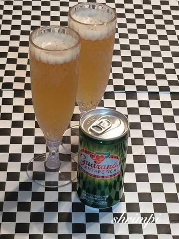 よく冷えたビールとジンジャーエールを半々にグラスに注ぐ。  ピリリと刺激的なおいしさです。ビールが苦手な方もこれなら飲みやすいですよ。