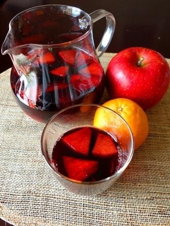新鮮な果物と砂糖を赤ワインに入れて一日おけば、とびきり美味しいサングリアが簡単にできます。 お好みでシナモンをどうぞ♪