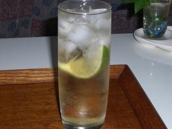 生ライム1/4をギュッと絞って、グラスの底に。氷をグラスやカップいっぱいに入れてから、ウォッカ大さじ1と半分、ジンジャエールを八分目まで注ぎ、上下が混ざるように長めのスプーンや棒などでやさしくかき混ぜます。