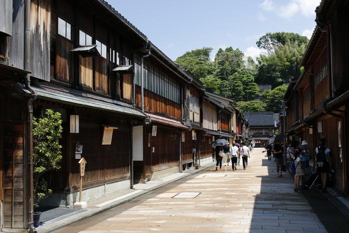 一番規模が大きい「ひがし茶屋街」は、京都の祇園と並ぶ、日本の二大茶屋街。明治初期に建築された茶屋様式の町屋が多く、金沢の城下町の風情を醸し出す歴史ある佇まいが魅力です。歴史ある建物を大切に使い続けるお茶屋さん、お洒落にリノベーションしたカフェやショップなどもあり、街歩きを楽しめます。