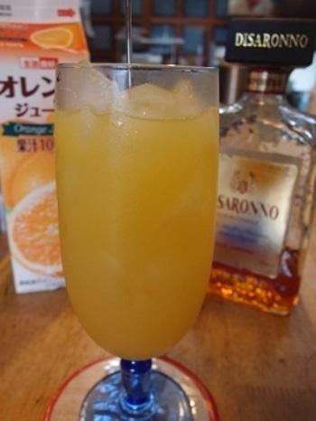 ねじ回しの意味の「スクリュードライバー」  飲みやすいので飲みすぎ注意! グラスに氷を入れ、ウォッカを大さじ1と1/2注ぎ、グラス八分目までオレンジジュースを注ぐ。お好みでフレッシュなオレンジジュースを使ったり、オレンジスライスを縁に飾って楽しんで。