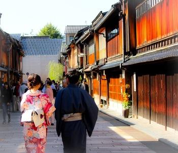 金沢の観光スポットをご紹介してきましたが、いかがでしたでしょうか?歴史や古い建物を大切にしつつ、現代アートも取り入れる素敵な街。新幹線で2時間半でしたら、週末を利用して行きたくなりますね。