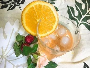 カンパリオレンジは、カンパリソーダのソーダの代わりにオレンジジュースを用いたもの。赤いリキュールと黄色が混ざって、鮮やかなオレンジ色になります。