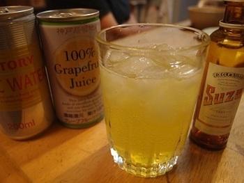 時々、無性に飲みたくなる「スプモーニ」。  グラスに氷をいっぱいに入れたら、カンパリを大さじ1杯ほどいれ、グレープフルーツジュースを同量入れ、最後に優しくトニックウォーターを注ぎます。甘くないので飲みやすい。